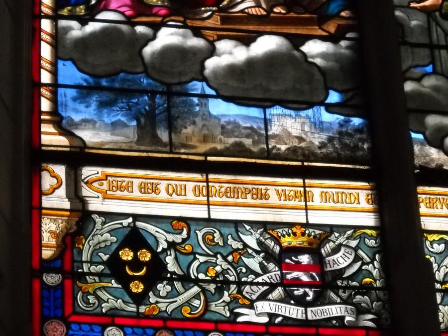 Détail du vitrail : On peut voir léglise communale à gauche et la basilique en construction à droite